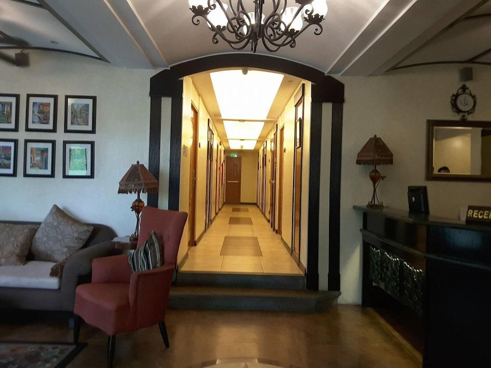 https://i.travelapi.com/hotels/5000000/4250000/4245800/4245701/238b43ca_z.jpg