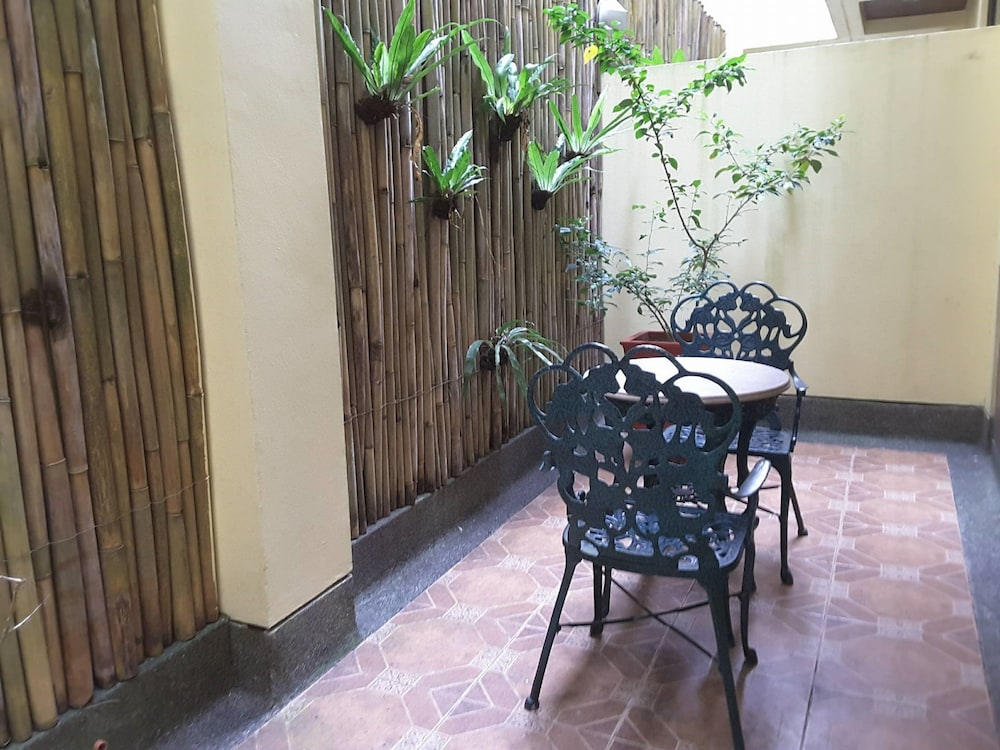 https://i.travelapi.com/hotels/5000000/4250000/4245800/4245701/fc789f2f_z.jpg