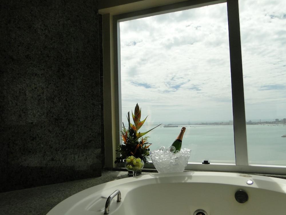 코스타 도 마르 호텔(Costa do Mar Hotel) Hotel Image 32 - Deep Soaking Bathtub