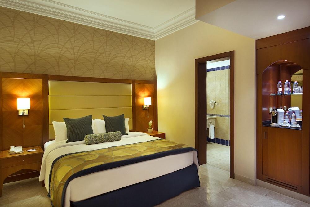 https://i.travelapi.com/hotels/5000000/4250000/4249300/4249282/4b50dbb9_z.jpg