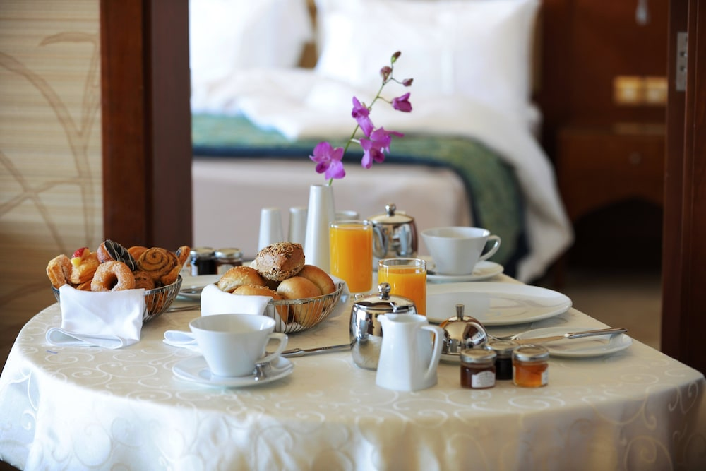 https://i.travelapi.com/hotels/5000000/4250000/4249300/4249282/8a8a82d9_z.jpg