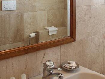 레 두에 시레네(Le due Sirene) Hotel Image 14 - Deep Soaking Bathtub