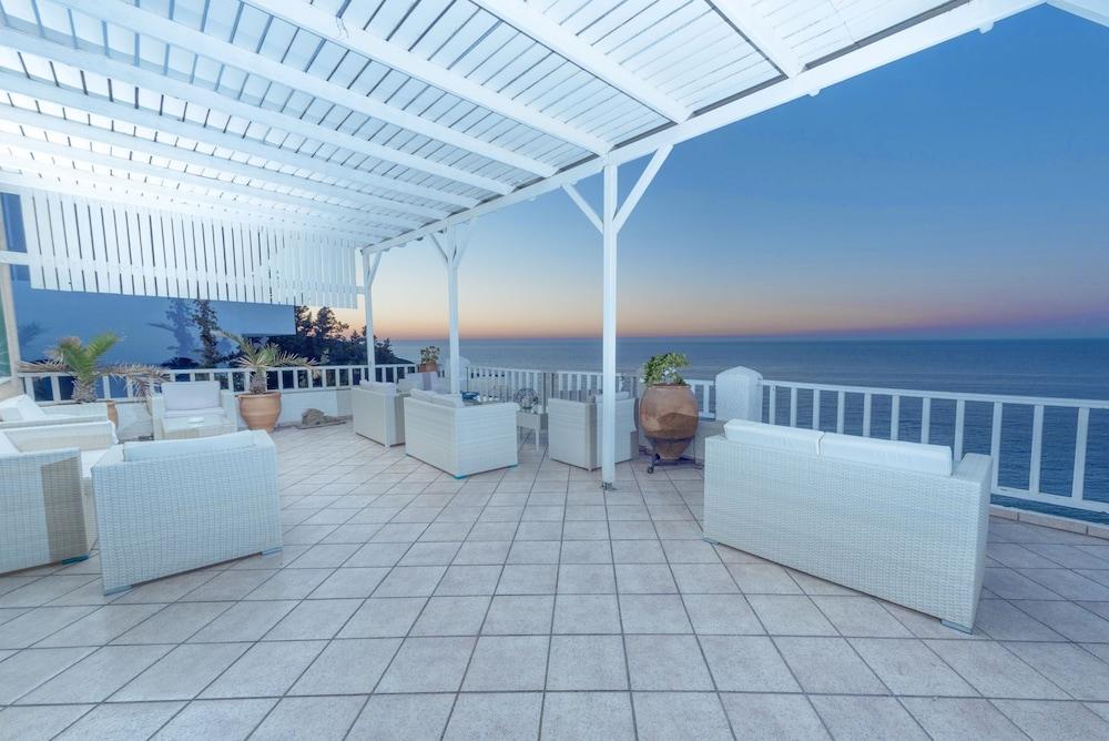 카보스 베이 호텔 & 스튜디오스(Cavos Bay Hotel and Studios) Hotel Image 40 - Hotel Bar