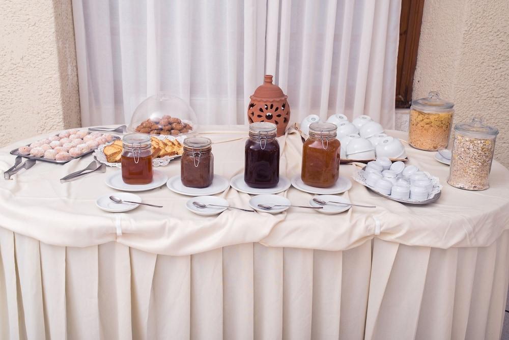 카보스 베이 호텔 & 스튜디오스(Cavos Bay Hotel and Studios) Hotel Image 38 - Breakfast buffet
