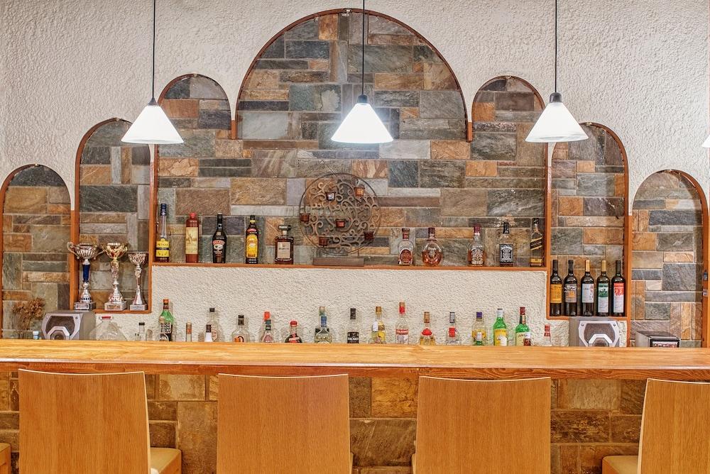 카보스 베이 호텔 & 스튜디오스(Cavos Bay Hotel and Studios) Hotel Image 42 - Hotel Bar