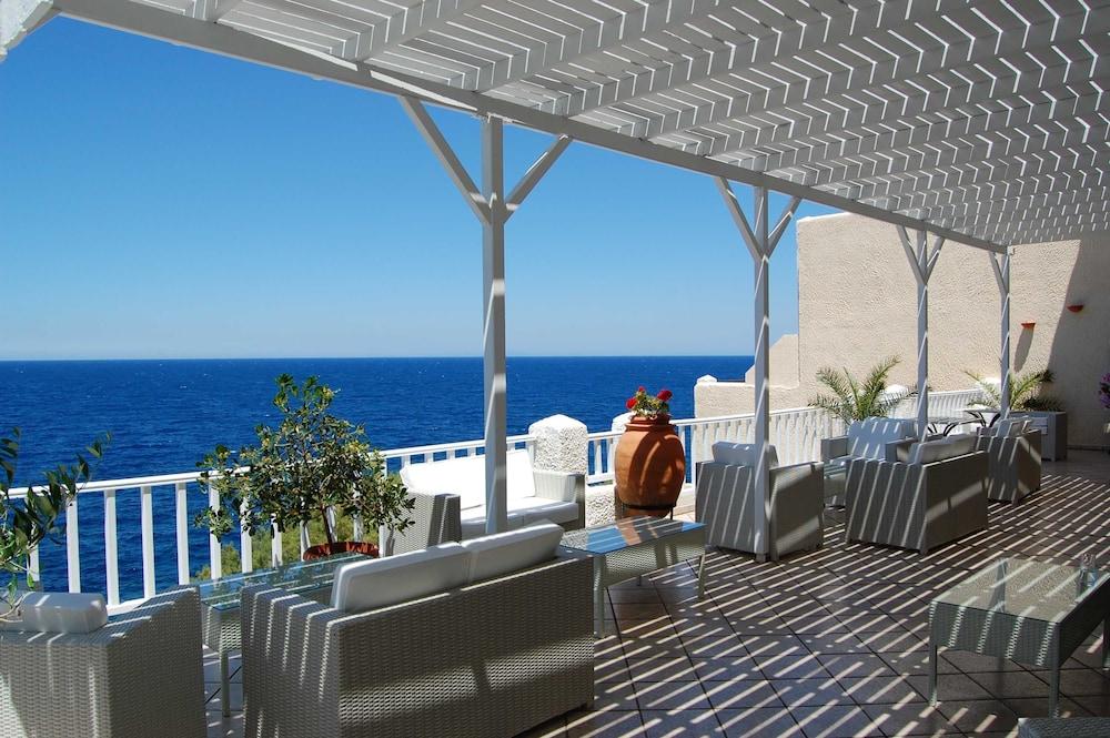 카보스 베이 호텔 & 스튜디오스(Cavos Bay Hotel and Studios) Hotel Image 57 - Terrace/Patio