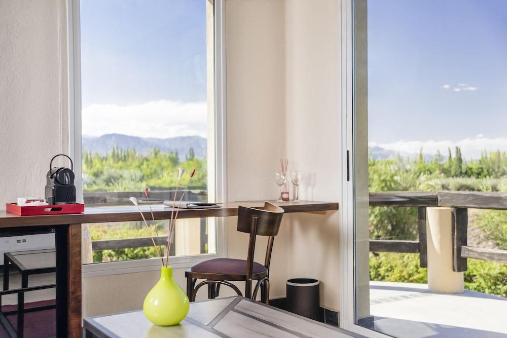 https://i.travelapi.com/hotels/5000000/4270000/4263300/4263243/290b3e5d_z.jpg