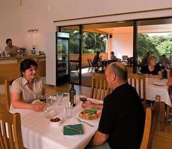 탕기아로 키위 리트리트(Tangiaro Kiwi Retreat) Hotel Image 24 - Restaurant