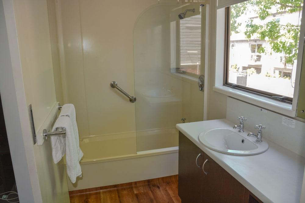 애쉬포드 모터 로지(Ashford Motor Lodge) Hotel Image 52 - Bathroom