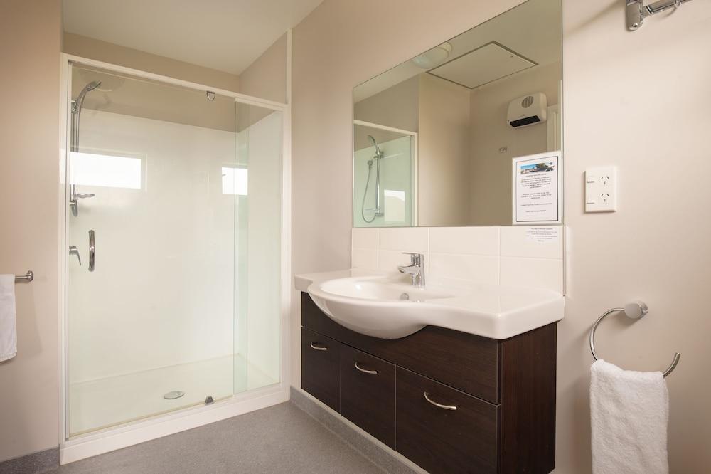 애쉬포드 모터 로지(Ashford Motor Lodge) Hotel Image 53 - Bathroom
