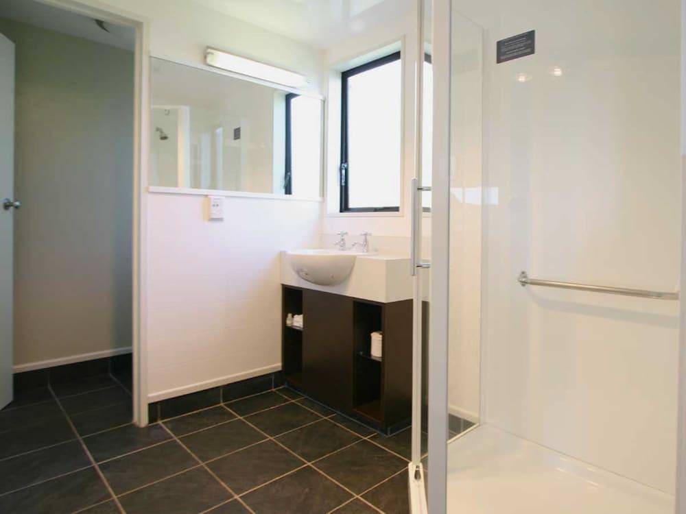 애쉬포드 모터 로지(Ashford Motor Lodge) Hotel Image 45 - Bathroom