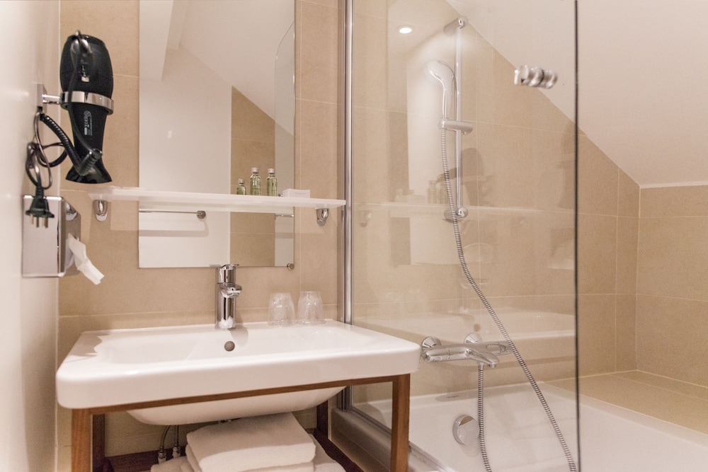 컴포트 호텔 식스틴 파리 몽루주(Comfort Hotel Sixteen Paris Montrouge) Hotel Thumbnail Image 33 - Bathroom