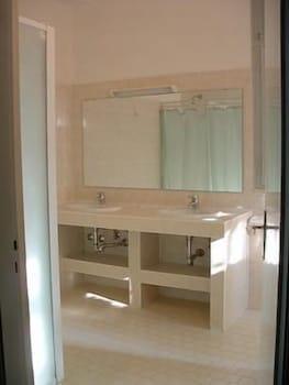 오스텔로 카사 페르 페리에 스텔라 마리나 - 호스텔(Ostello Casa per Ferie Stella Marina - Hostel) Hotel Image 11 - Bathroom Sink