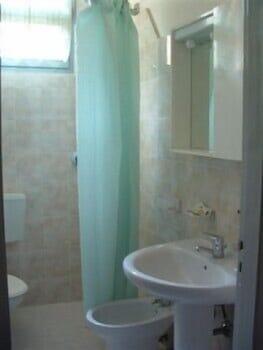 오스텔로 카사 페르 페리에 스텔라 마리나 - 호스텔(Ostello Casa per Ferie Stella Marina - Hostel) Hotel Image 9 - Bathroom