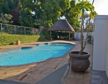 더 그레인지 게스트 하우스(The Grange Guest House) Hotel Image 16 - Outdoor Pool