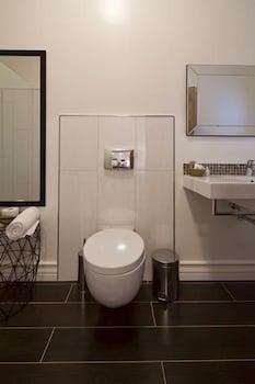 더 그레인지 게스트 하우스(The Grange Guest House) Hotel Image 10 - Bathroom