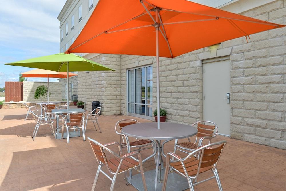 홀리데이 인 익스프레스 호텔 & 스위트 테르 오트(Holiday Inn Express Hotel & Suites Terre Haute) Hotel Image 43 - Outdoor Dining