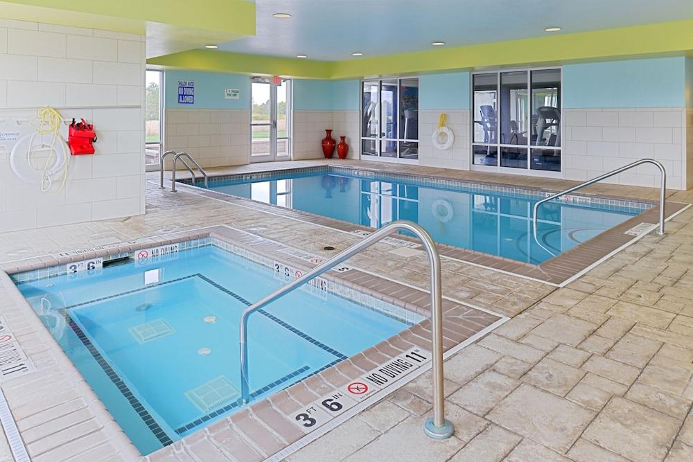홀리데이 인 익스프레스 호텔 & 스위트 테르 오트(Holiday Inn Express Hotel & Suites Terre Haute) Hotel Image 7 - Pool
