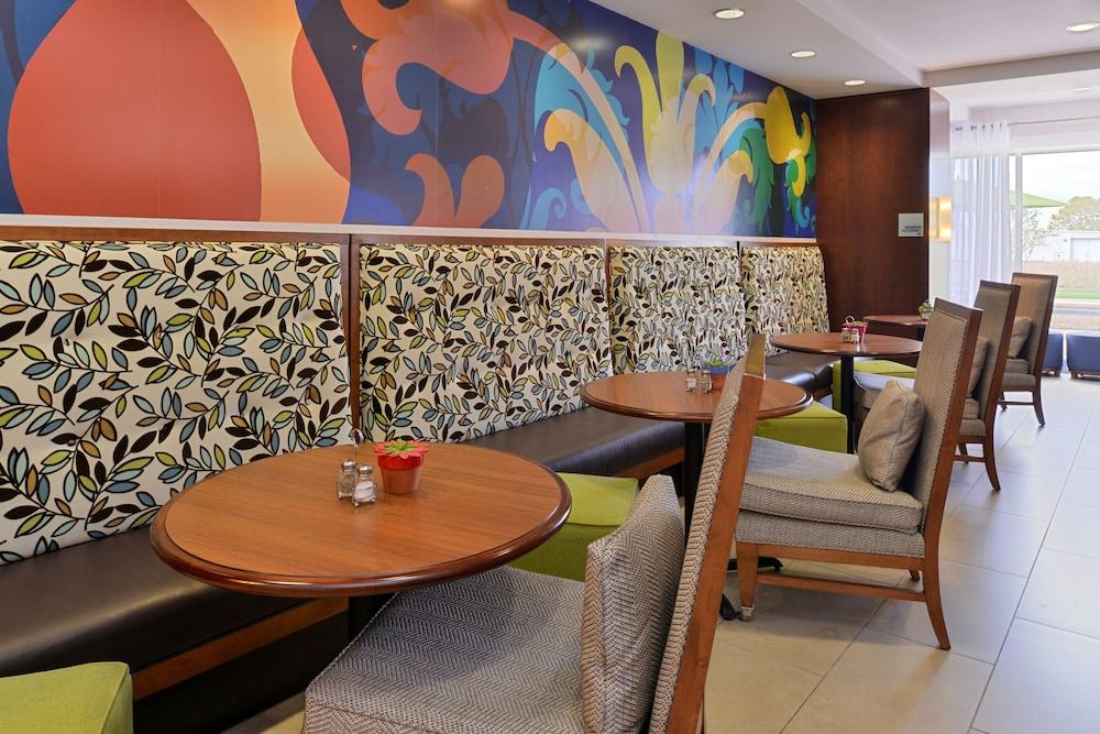 홀리데이 인 익스프레스 호텔 & 스위트 테르 오트(Holiday Inn Express Hotel & Suites Terre Haute) Hotel Image 33 - Restaurant