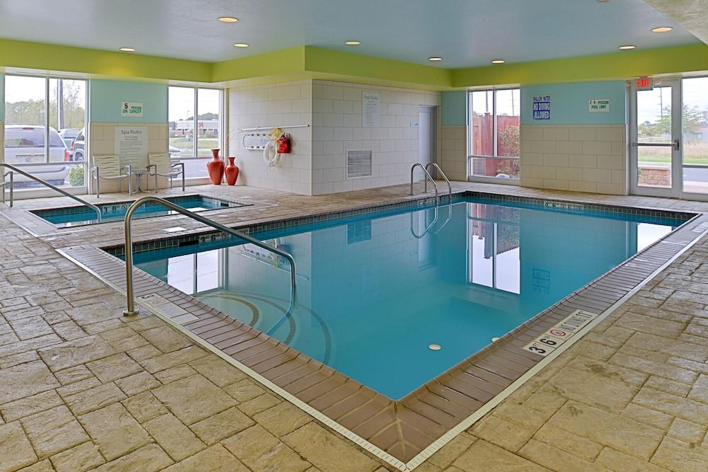 홀리데이 인 익스프레스 호텔 & 스위트 테르 오트(Holiday Inn Express Hotel & Suites Terre Haute) Hotel Image 6 - Pool