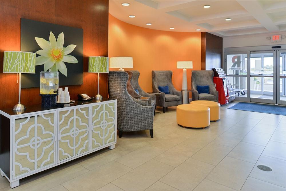 홀리데이 인 익스프레스 호텔 & 스위트 테르 오트(Holiday Inn Express Hotel & Suites Terre Haute) Hotel Image 1 - Lobby