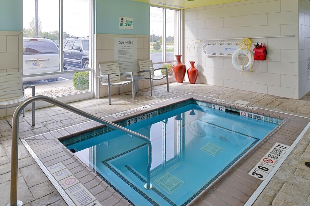 홀리데이 인 익스프레스 호텔 & 스위트 테르 오트(Holiday Inn Express Hotel & Suites Terre Haute) Hotel Image 4 - Pool