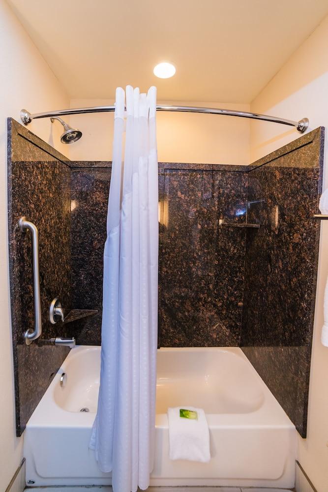 홀리데이 인 익스프레스 호텔 & 스위트 로킹검(Holiday Inn Express Hotel & Suites Rockingham) Hotel Image 18 - In-Room Amenity