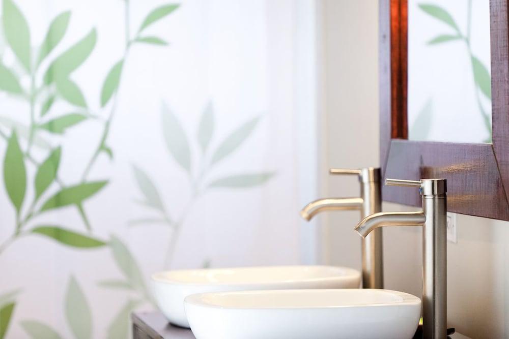 투 샌달스 바이 더 시 인 - B&B(Two Sandals by the Sea Inn - B&B) Hotel Image 23 - Bathroom Sink
