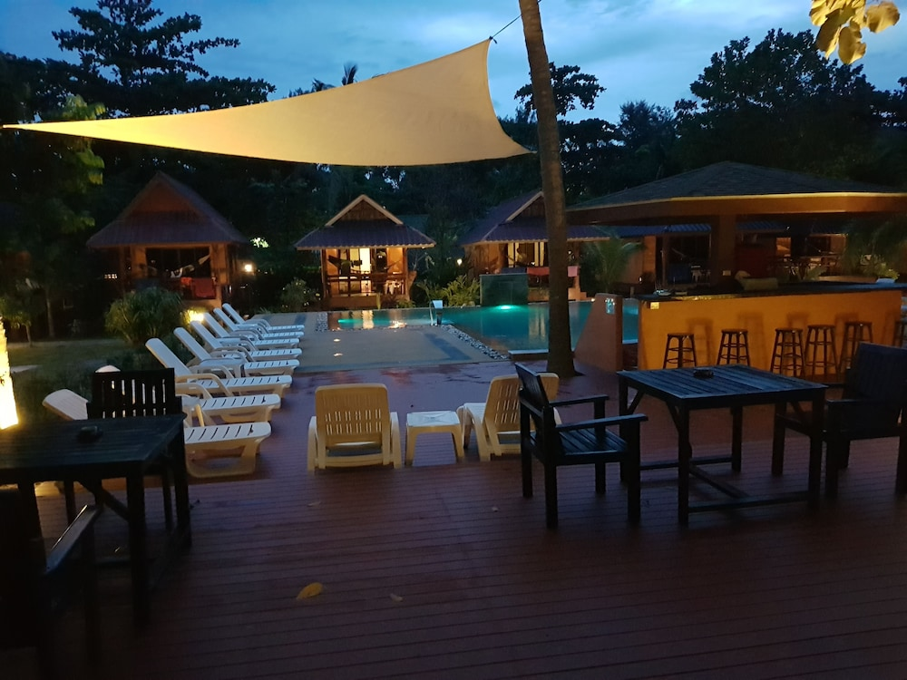 란타 펄 비치 리조트(Lanta Pearl Beach Resort) Hotel Image 30 - Poolside Bar
