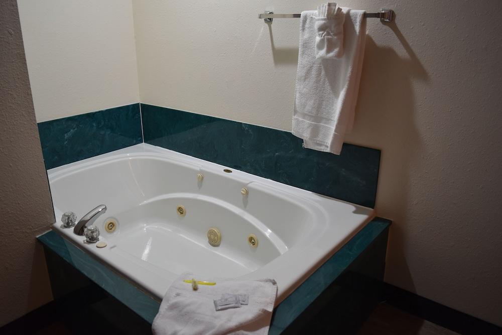 서던 오크스 인(Southern Oaks Inn) Hotel Image 17 - Jetted Tub