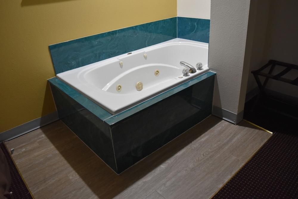 서던 오크스 인(Southern Oaks Inn) Hotel Image 16 - Jetted Tub