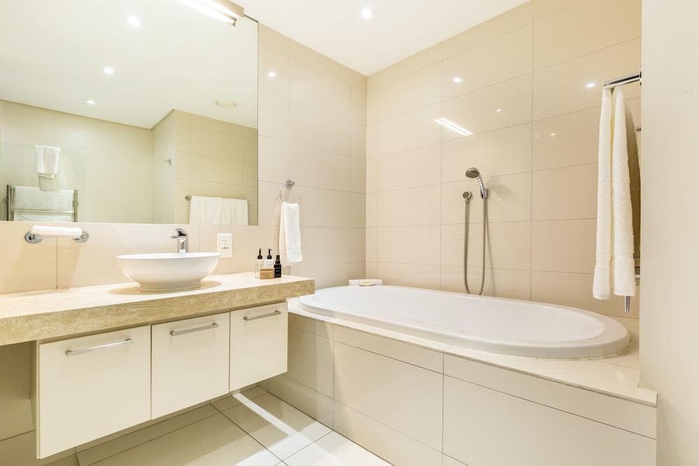로힐 럭셔리 아파트먼트(Lawhill Luxury Apartments) Hotel Image 82 - Bathroom