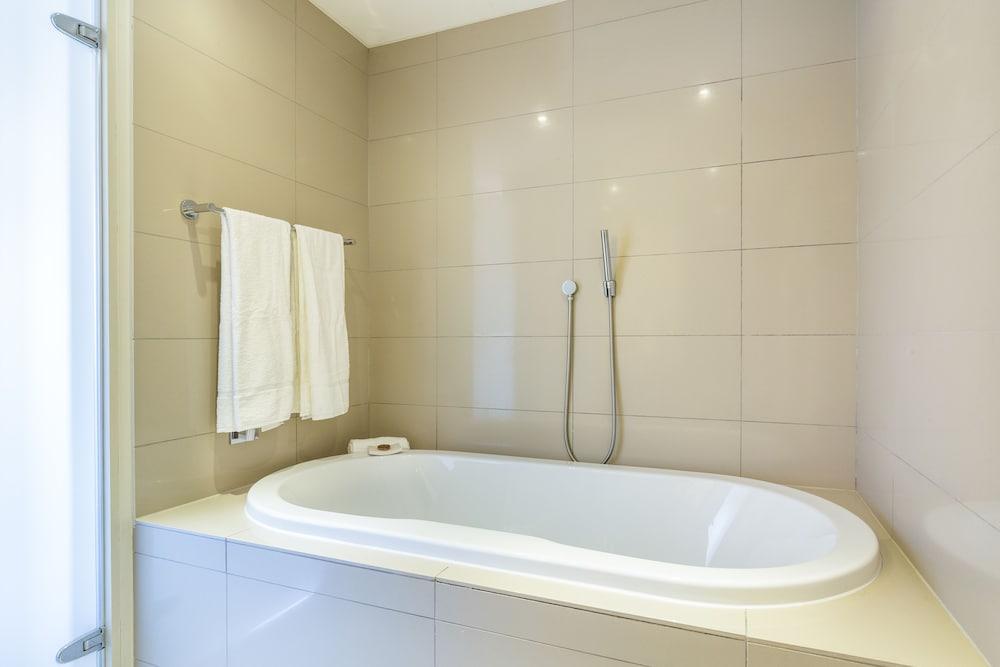 로힐 럭셔리 아파트먼트(Lawhill Luxury Apartments) Hotel Image 85 - Deep Soaking Bathtub