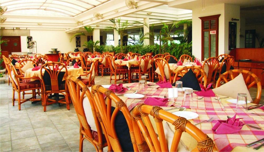 마우리아 라지다니(Maurya Rajadhani) Hotel Image 17 - Restaurant