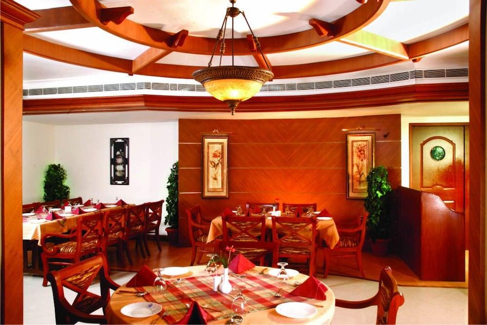 마우리아 라지다니(Maurya Rajadhani) Hotel Image 10 - Restaurant