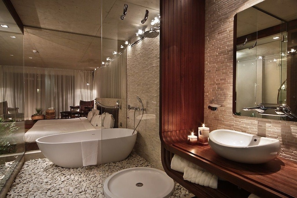그래피티 갤러리 디자인 호텔(Graffit Gallery Design Hotel) Hotel Image 28 - Deep Soaking Bathtub