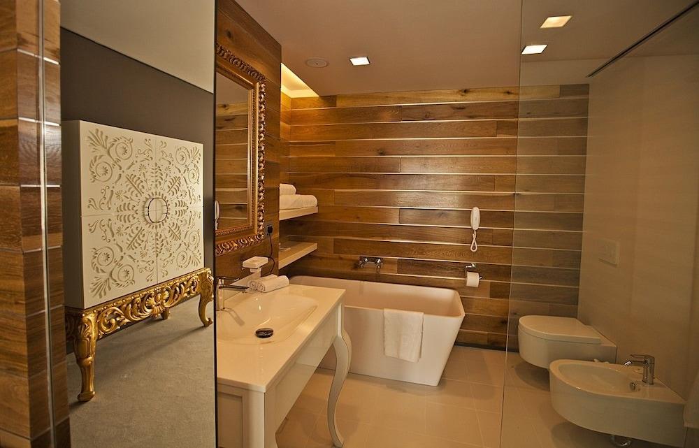 그래피티 갤러리 디자인 호텔(Graffit Gallery Design Hotel) Hotel Image 23 - Bathroom