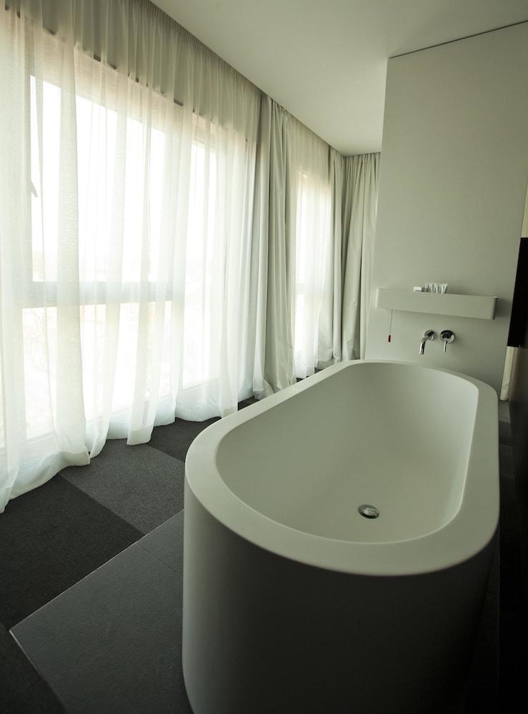 그래피티 갤러리 디자인 호텔(Graffit Gallery Design Hotel) Hotel Image 30 - Deep Soaking Bathtub