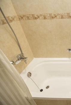 그랜드 센트럴 호텔(Grand Central Hotel) Hotel Image 21 - Bathroom Shower