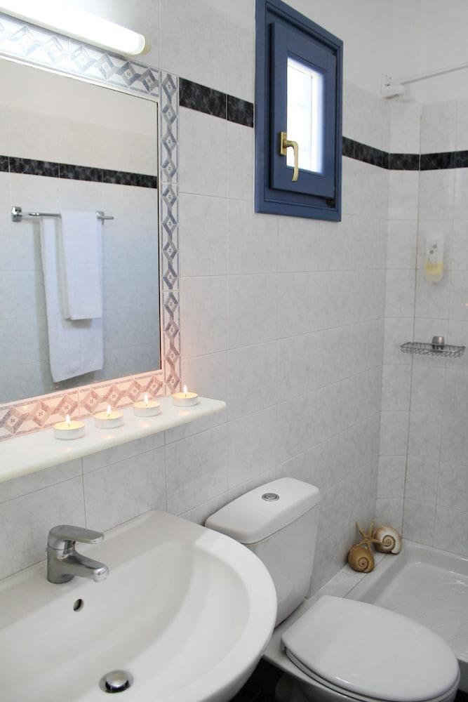 니시오티코 호텔(Nissiotiko Hotel) Hotel Image 36 - Bathroom