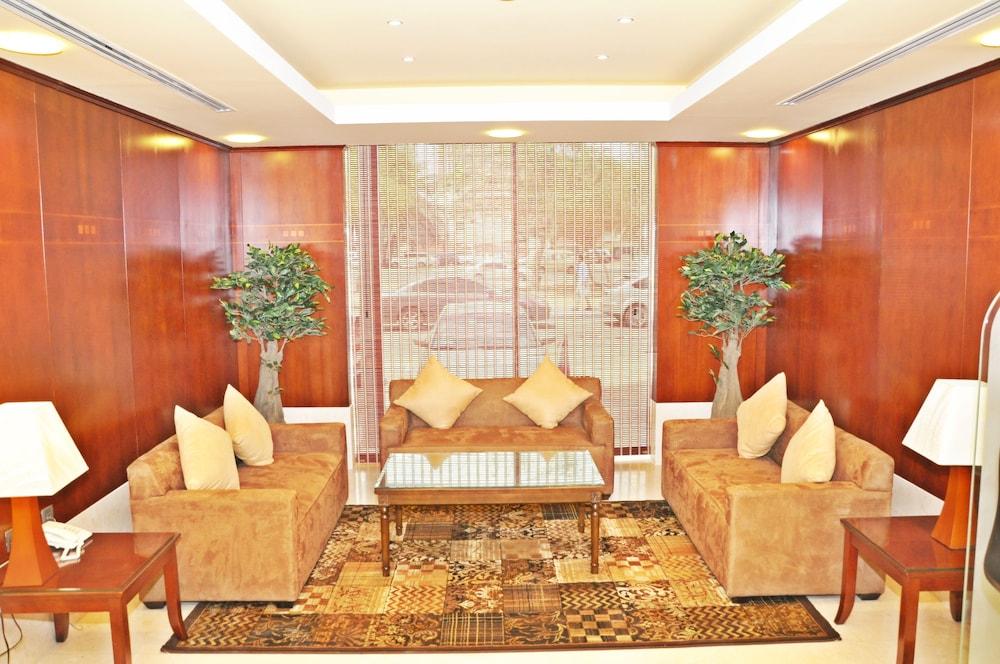 라미 로얄 호텔 아파트먼츠(Ramee Royal Hotel Apartments) Hotel Image 2 - Lobby Sitting Area