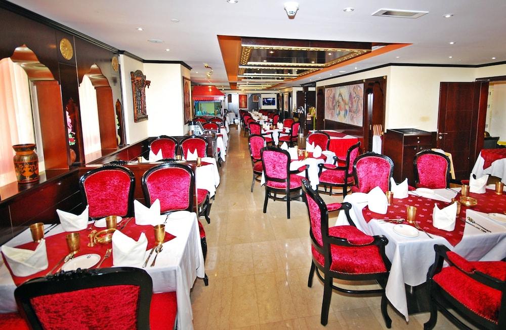 라미 로얄 호텔 아파트먼츠(Ramee Royal Hotel Apartments) Hotel Image 14 - Restaurant