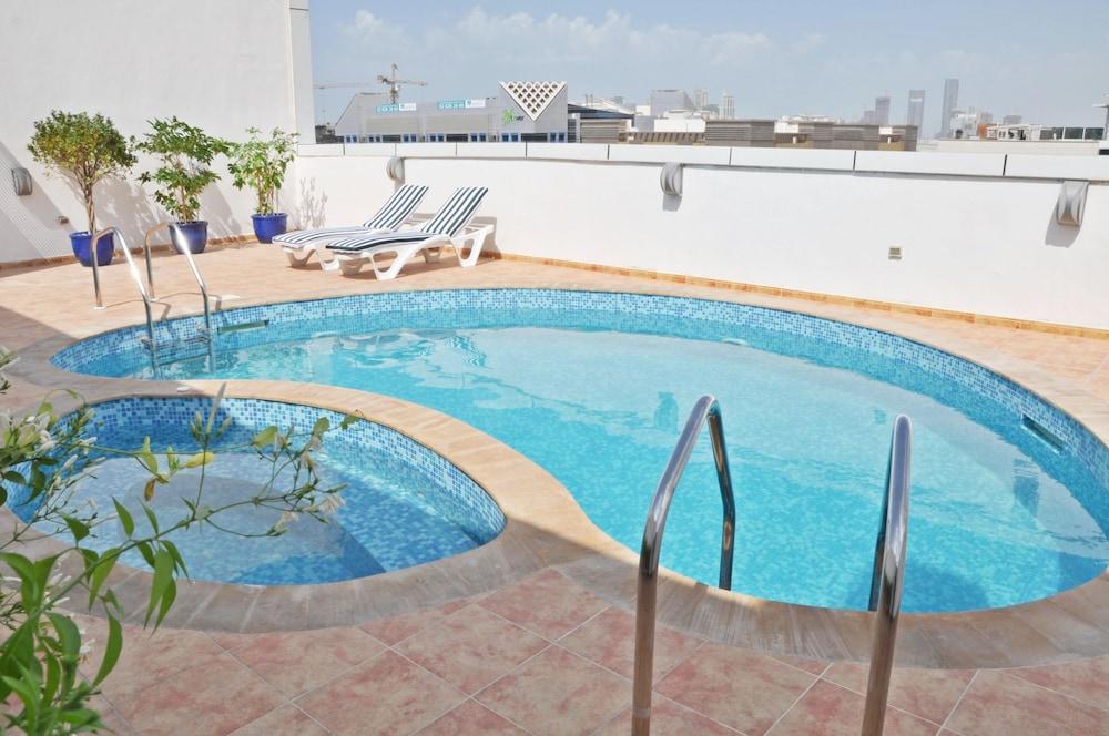 라미 로얄 호텔 아파트먼츠(Ramee Royal Hotel Apartments) Hotel Image 11 - Rooftop Pool