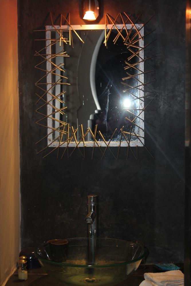 리아드 7(Riad 7) Hotel Image 53 - Bathroom Sink
