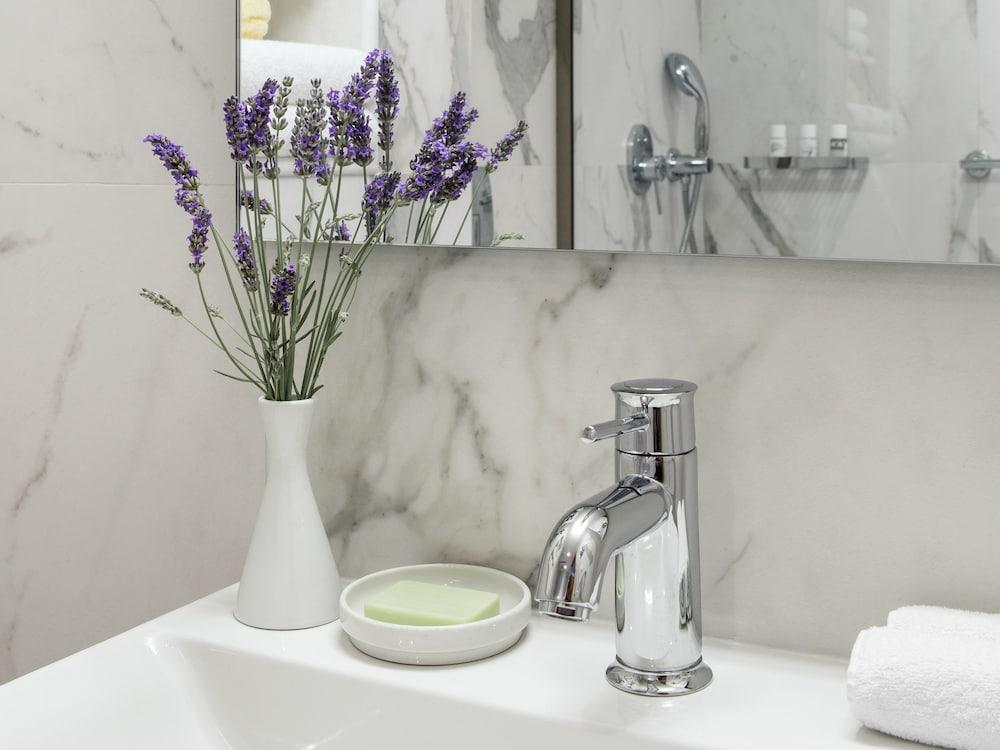 그레코텔 펠라 비치(Grecotel Pella Beach) Hotel Image 31 - Bathroom