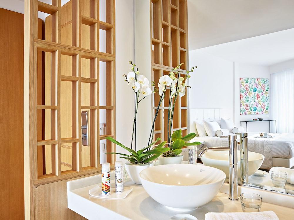 그레코텔 펠라 비치(Grecotel Pella Beach) Hotel Image 27 - Bathroom