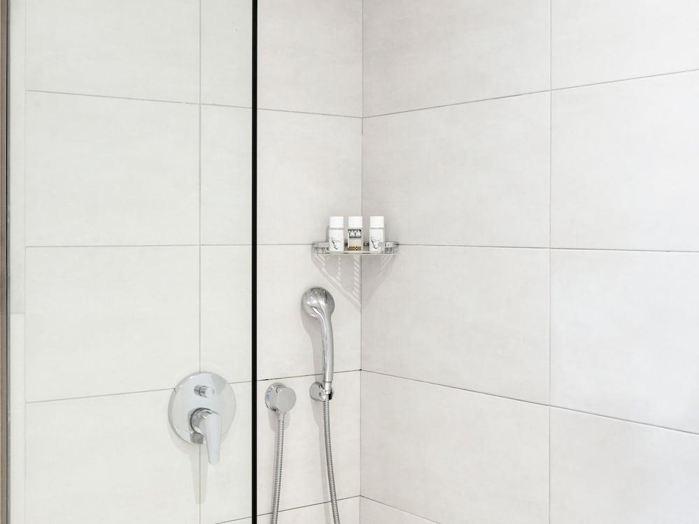 그레코텔 펠라 비치(Grecotel Pella Beach) Hotel Image 38 - Bathroom Shower