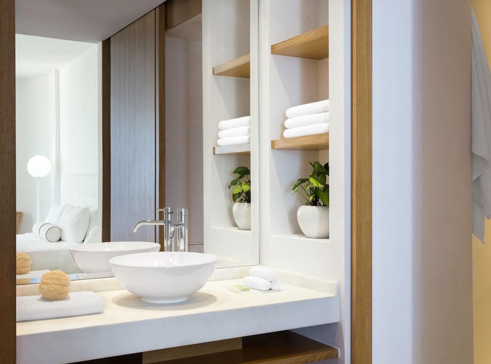 그레코텔 펠라 비치(Grecotel Pella Beach) Hotel Image 34 - Bathroom
