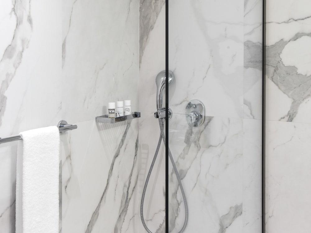 그레코텔 펠라 비치(Grecotel Pella Beach) Hotel Image 37 - Bathroom
