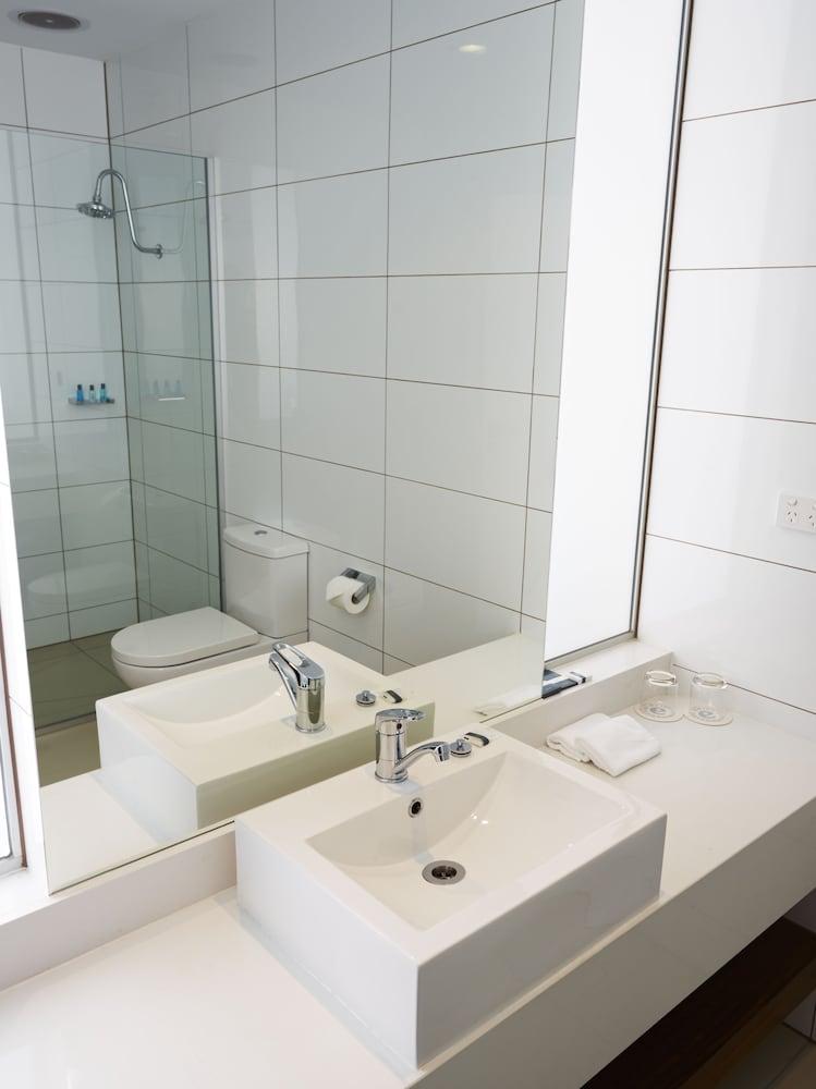 메르큐르 멜버른 캐롤라인스프링스(Mercure Melbourne Caroline Springs) Hotel Image 24 - Bathroom